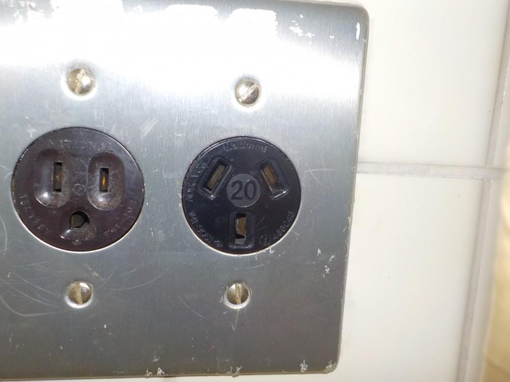 電気温水器用コンセント交換前