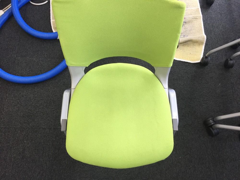 オフィスの椅子クリーニング。環境に優しい洗剤を使用して、洗浄を行いました。